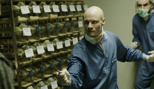 Geoff (Michael Eklund) will verhindern, dass Jarek (Tómas Lemarquis) weiter an dem tödlichen Gen forscht - Errors of the Human Body © Pandastorm Pictures